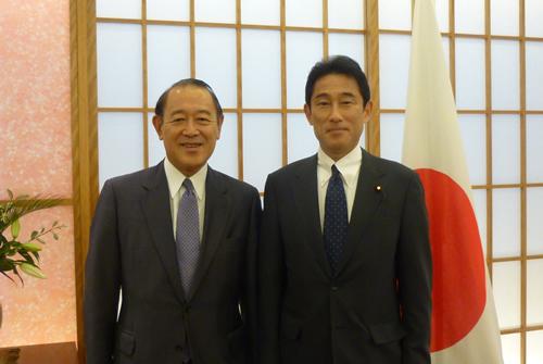 藤崎会長、岸田文雄外相と面会